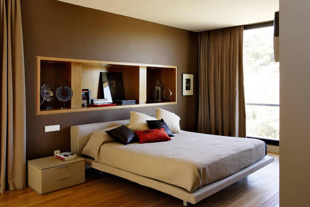 Arquitectura moderna en Madrid: Dormitorios de estilo  de Otto Medem Arquitecto vanguardista en Madrid, Moderno