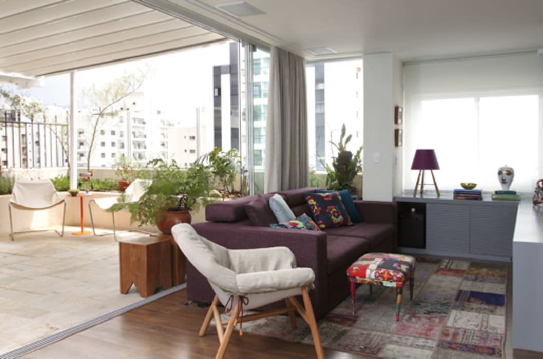 Salones de estilo tropical de Lore Arquitetura Tropical