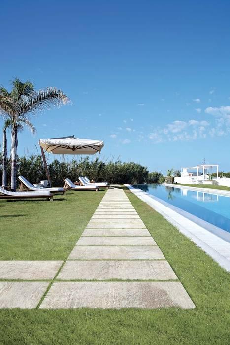Plaza Yapı Malzemeleri – Havuz Kenarı & Bahçe:  tarz Havuz, Tropikal