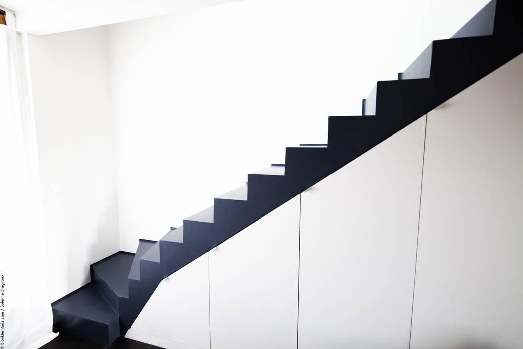 Duplex Lumineux: Couloir et hall d'entrée de style  par Solenne Brugiroux Architecte