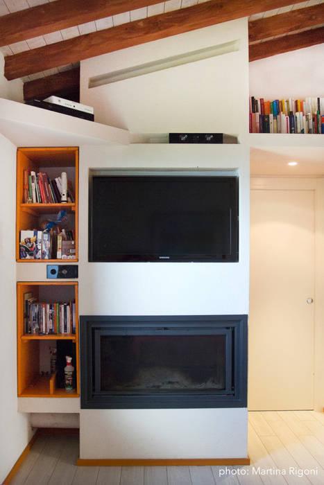 Camino camera da letto Case in stile minimalista di Studio Miliani Minimalista