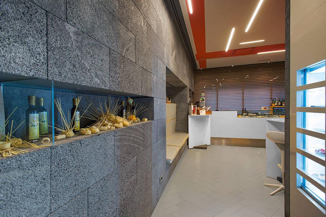 Pareti in pietra lavica grigia e espositori prodotto Gastronomia in stile moderno di Ranieri Pietra Lavica Moderno