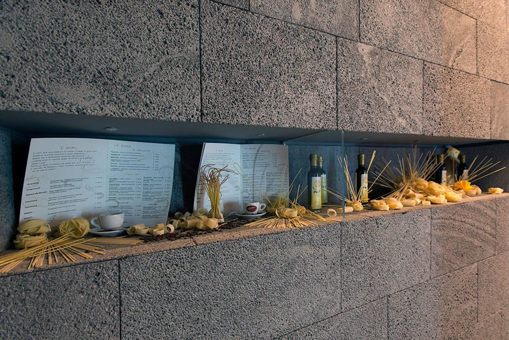 Pareti in pietra e espositori prodotto: Gastronomia in stile  di Ranieri Pietra Lavica