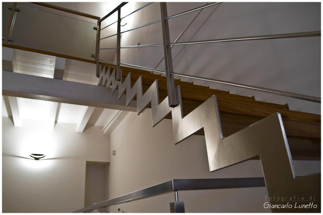 Particolare della balaustra della scala in acciaio di Ignazio Buscio Architetto Moderno