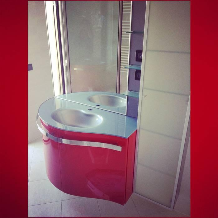 Bagno Rosso: Case in stile in stile Moderno di Arreda Progetta di Alice Bambini