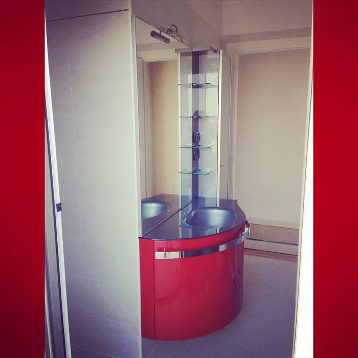 Bagno Rosso: Case in stile  di Arreda Progetta di Alice Bambini