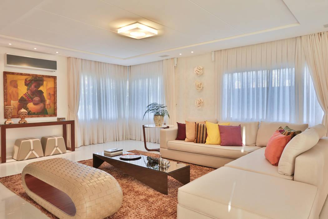 Projeto residencial de arquitetura e ambientação.: Sala de estar  por Rita Albuquerque Arquitetura e Interiores