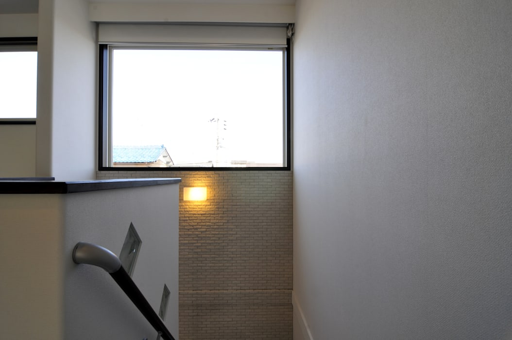 現代風玄關、走廊與階梯 根據 スクエア建築スタジオ 現代風