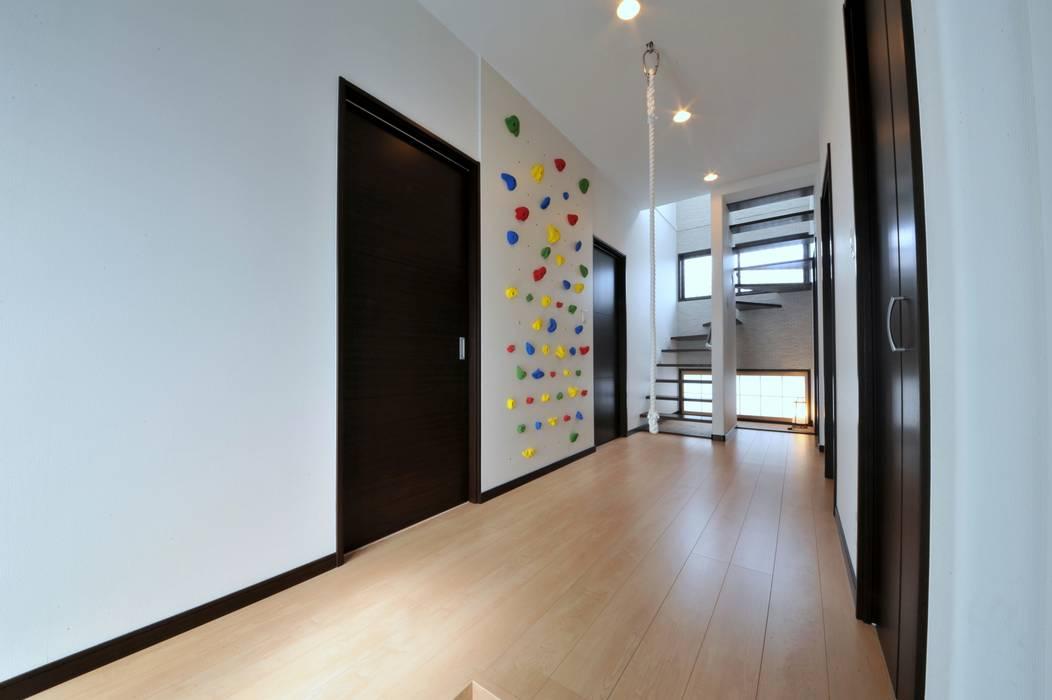 Modern corridor, hallway & stairs by スクエア建築スタジオ Modern