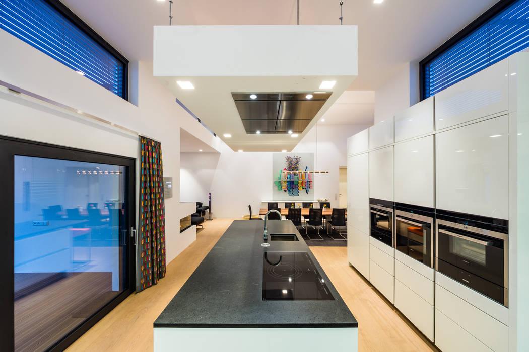 Kaskadenhaus - Einfamilienwohnhaus in Bürstadt Moderne Küchen von Helwig Haus und Raum Planungs GmbH Modern