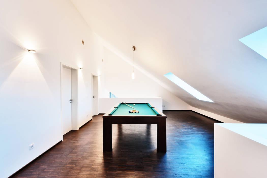 Single Family House in Heppenheim, Germany Nowoczesny pokój multimedialny od Helwig Haus und Raum Planungs GmbH Nowoczesny