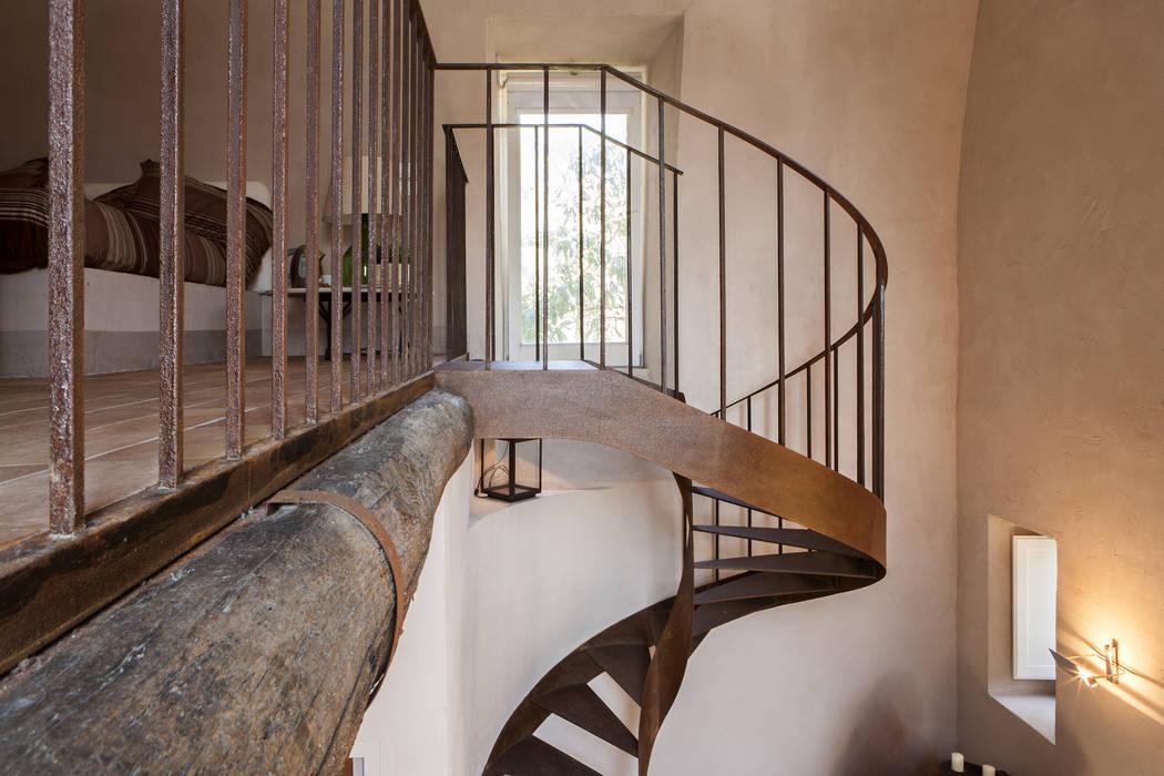 UN CELLAIO A POSILLIPO Lo studio di Giuliana Morelli Ingresso, Corridoio & Scale in stile mediterraneo