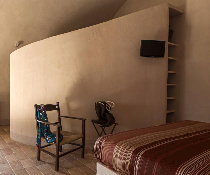 UN CELLAIO A POSILLIPO Lo studio di Giuliana Morelli Camera da letto in stile mediterraneo