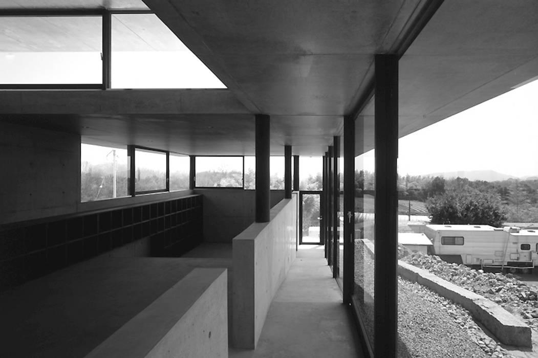 Pasillos y vestíbulos de estilo  de 藤本寿徳建築設計事務所, Moderno