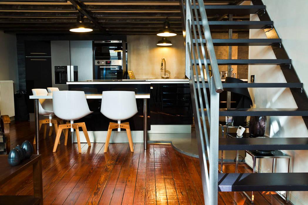 Rénovation d'un appartement de canut en duplex à Lyon Croix Rousse: Salon de style de style Industriel par Stellati Rénovation
