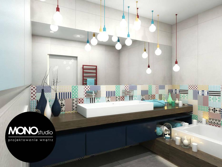 Kontrastowa kolorystyka z grą faktur i materiałów Nowoczesna łazienka od MONOstudio Nowoczesny
