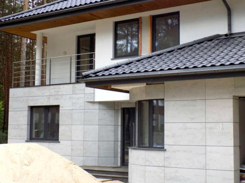 Elewacja z betonu architektonicznego: styl nowoczesne, w kategorii Domy zaprojektowany przez Luxum