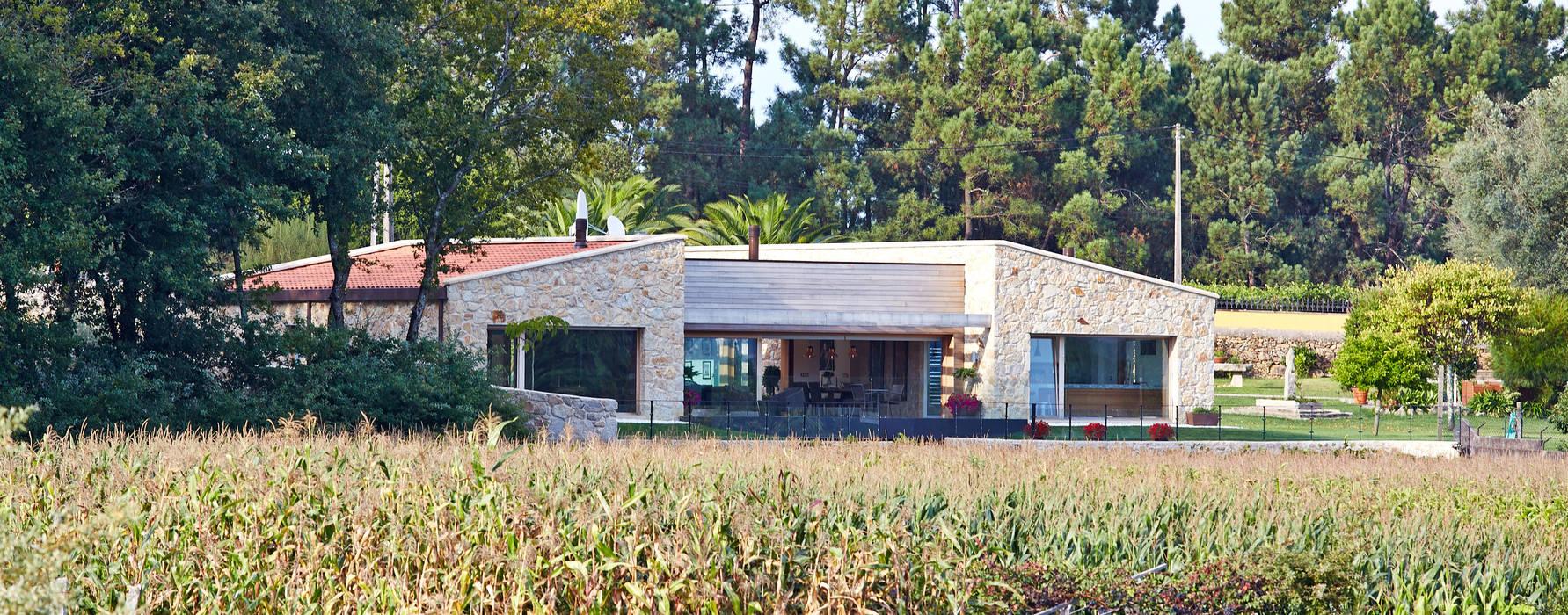 Vivienda Unifamiliar en Tomiño, Pontevedra (Spain) Casas de estilo rústico de HUGA ARQUITECTOS Rústico