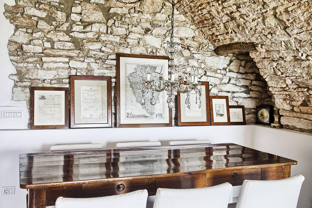 Salas de estar rústicas por STUDIO PAOLA FAVRETTO SAGL Rústico Pedra