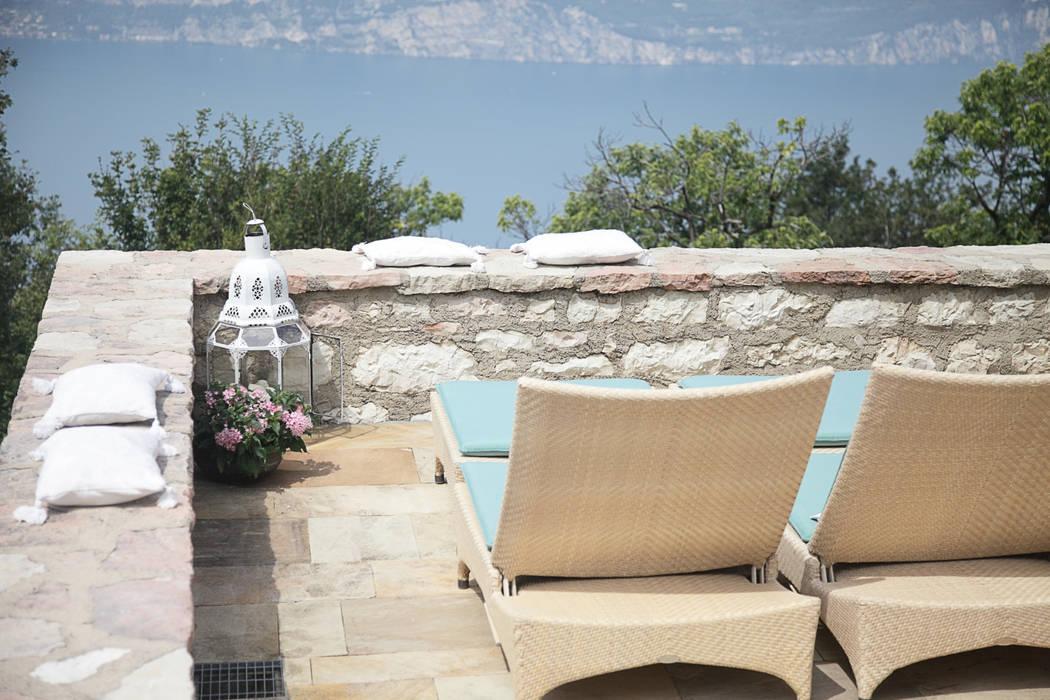 Affaccio sul lago Balcone, Veranda & Terrazza in stile moderno di STUDIO PAOLA FAVRETTO SAGL Moderno Pietra