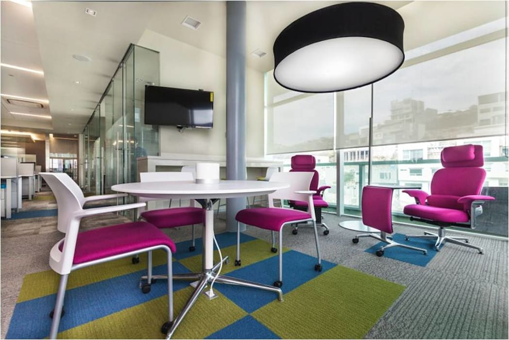 Sala de juntas informales: Salas de estilo  por Ofis Design