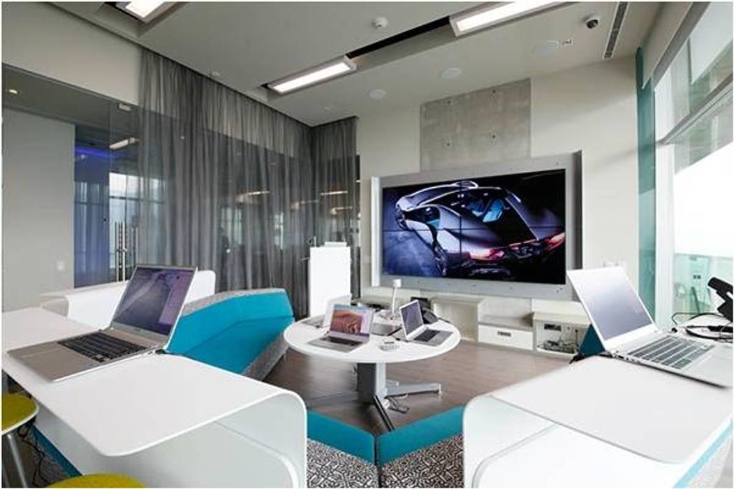 Salas multimedia de estilo  por homify,