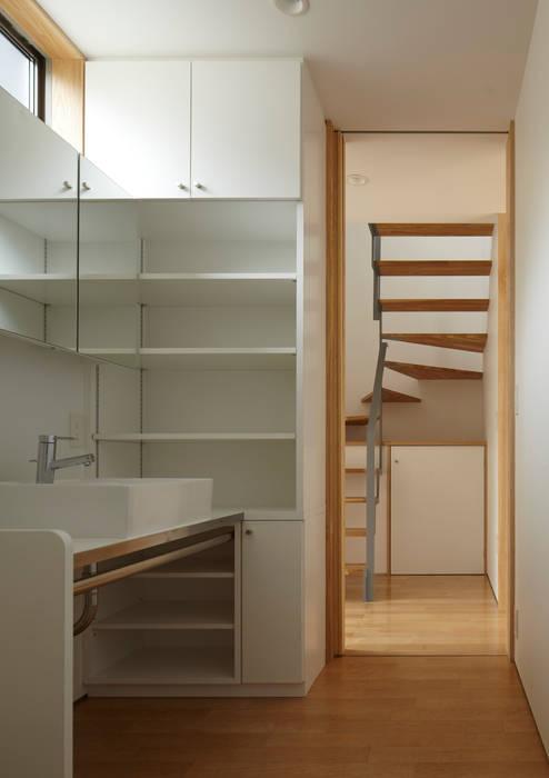 洗面所: Osamu Sano Architect & associatesが手掛けた浴室です。