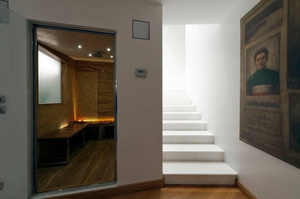 Modern corridor, hallway & stairs by studiodonizelli Modern