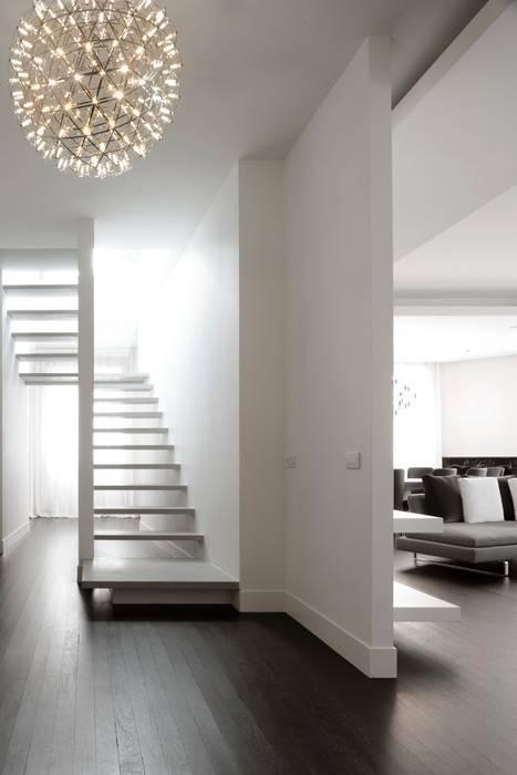 Scala: Ingresso & Corridoio in stile  di ANG42, Moderno