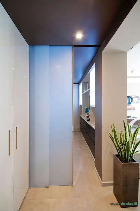 Casa Carilla - Armadio ingresso: Ingresso & Corridoio in stile  di studiodonizelli