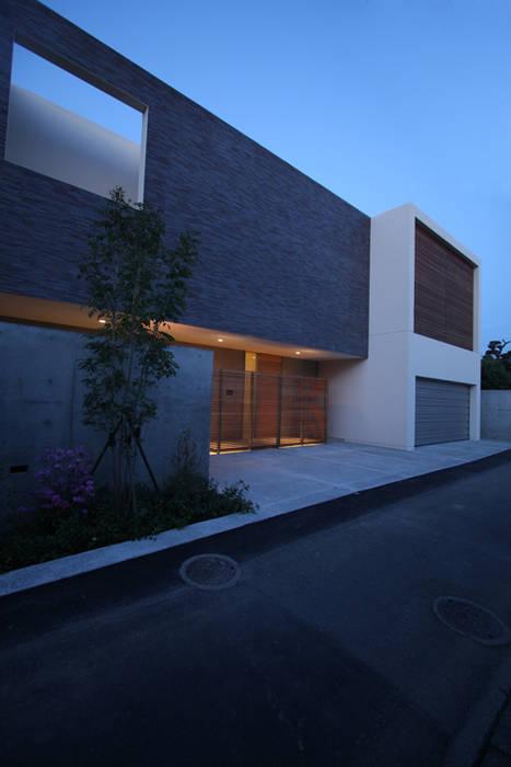 外観 夕景 モダンな 家 の Atelier Square モダン