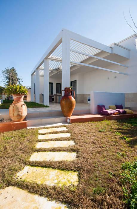 Patio di ingresso: Giardino in stile in stile Mediterraneo di francesco marella architetto