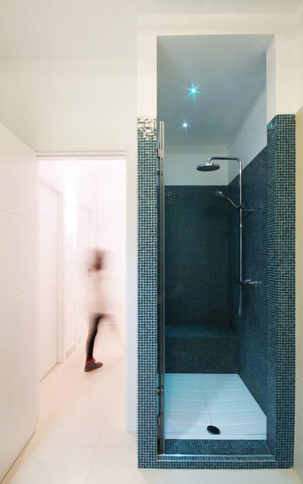 Bagno con doccia: Bagno in stile in stile Minimalista di francesco marella architetto