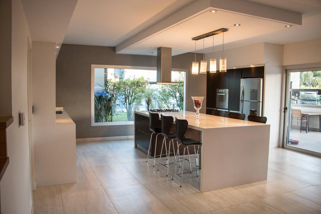 Metamorfosis arquitectònica: viejo espacio/nuevo uso Cocinas modernas: Ideas, imágenes y decoración de LEBEL Moderno