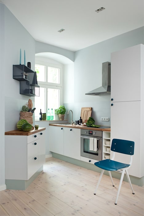 10 Kitchen And Home Decor Items Every 20 Something Needs: Simple White Kitchen: Wohnzimmer Von Vintagency