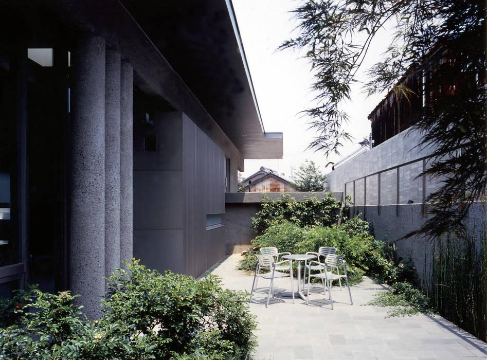 中庭からアプローチを見返した様子: JWA,Jun Watanabe & Associatesが手掛けたテラス・ベランダです。,モダン