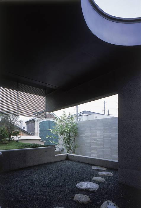 前面の軒簾を露地から見る: JWA,Jun Watanabe & Associatesが手掛けた庭です。