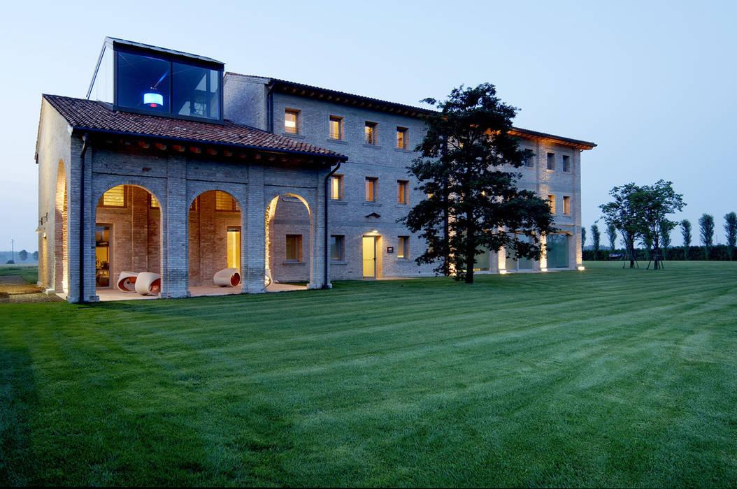 h-farm: Casa di campagna in stile  di zanon architetti associati