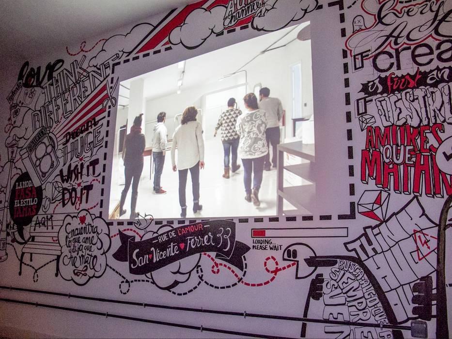 AQM Showroom Viewer Pareti & Pavimenti in stile moderno