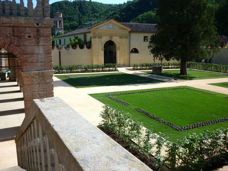 Le nostre realizzazioni: Villa Dei Vescovi: Giardino in stile in stile Classico di Dal Ben Giardini
