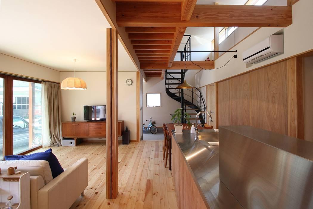 キッチンから玄関を見る 北欧デザインの リビング の 伊藤瑞貴建築設計事務所 北欧