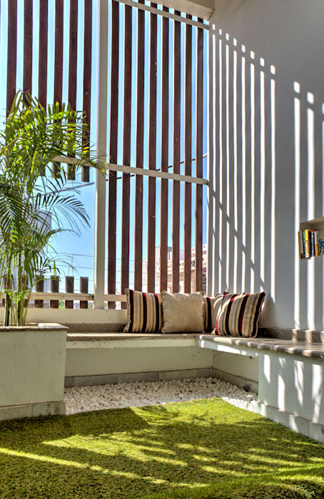 Courtyard:  Houses by Studio An-V-Thot Architects Pvt. Ltd.,