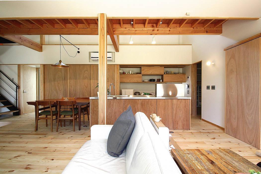 リビングからキッチンを見る 北欧デザインの リビング の 伊藤瑞貴建築設計事務所 北欧
