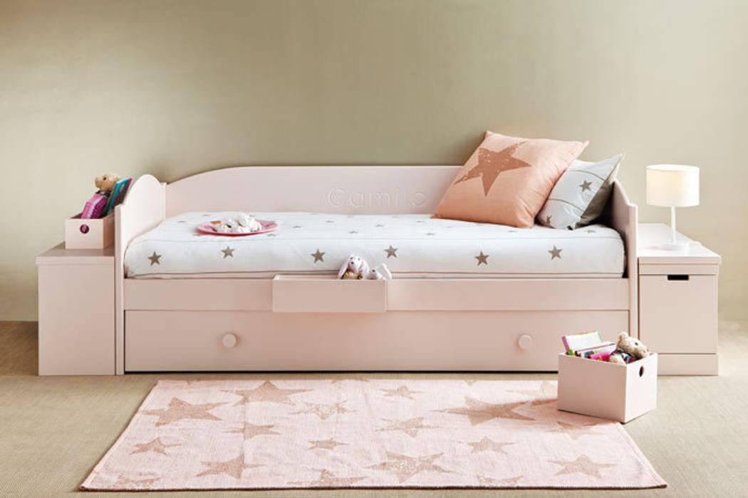 Cama nido con módulos jugueteros a los lados: Dormitorios infantiles de estilo moderno de Sofás Camas Cruces
