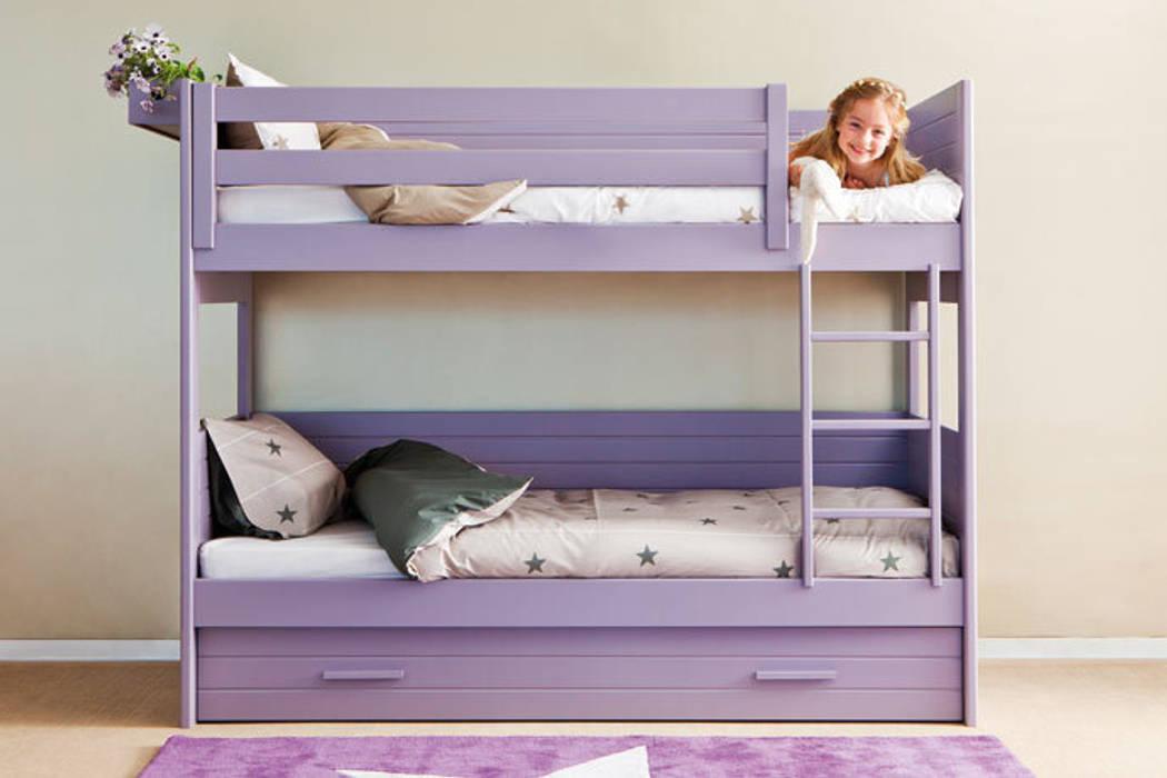 Litera con cama nido para habitaciones pequeñas: Habitaciones de niñas de estilo  de Sofás Camas Cruces