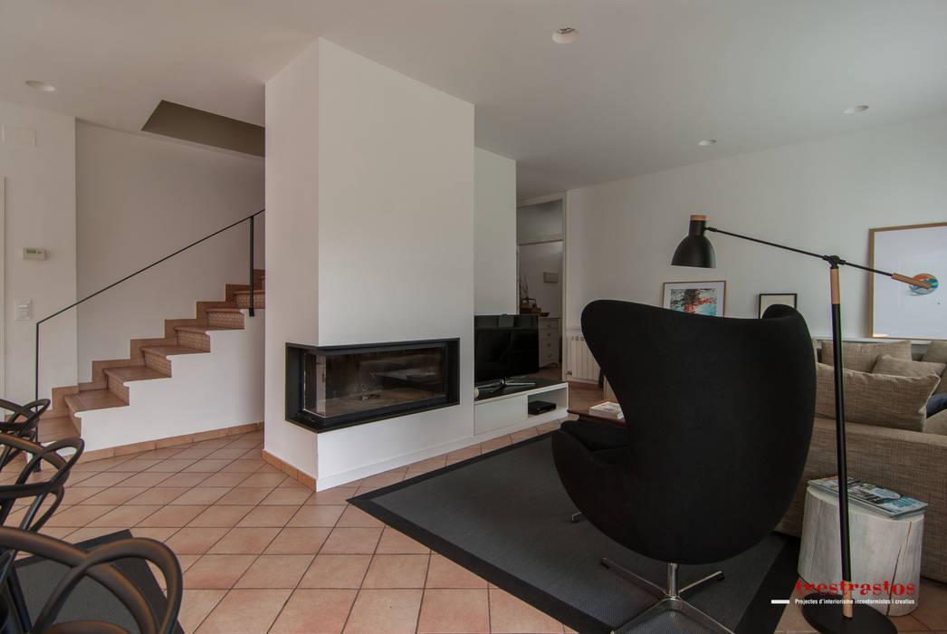 Salón y comedor: Casas de estilo moderno de Trestrastos