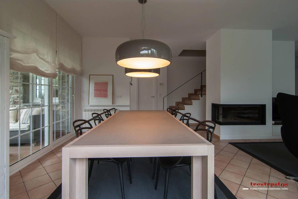 Comedor: Casas de estilo moderno de Trestrastos