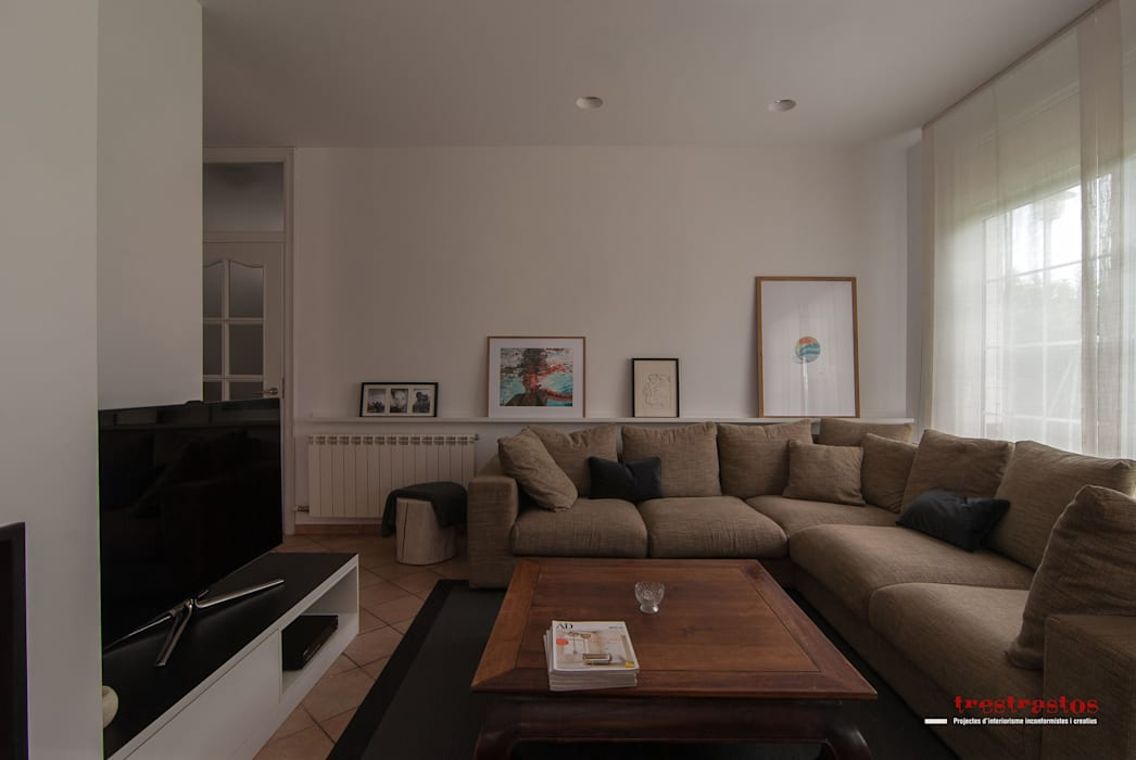 Salón: Casas de estilo moderno de Trestrastos