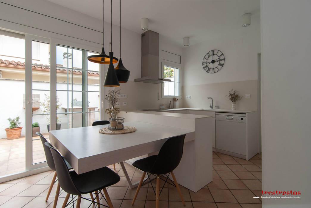 Cocina en tonos blancos y cremas: Casas de estilo  de Trestrastos