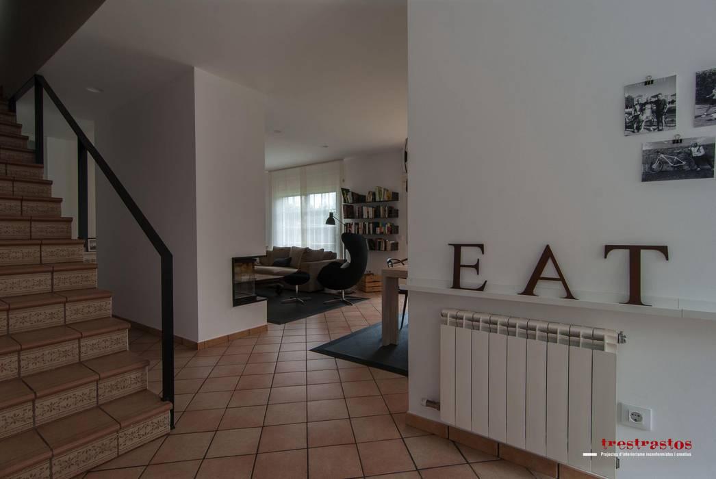 Cocina en tonos blancos y cremas Casas de estilo moderno de Trestrastos Moderno